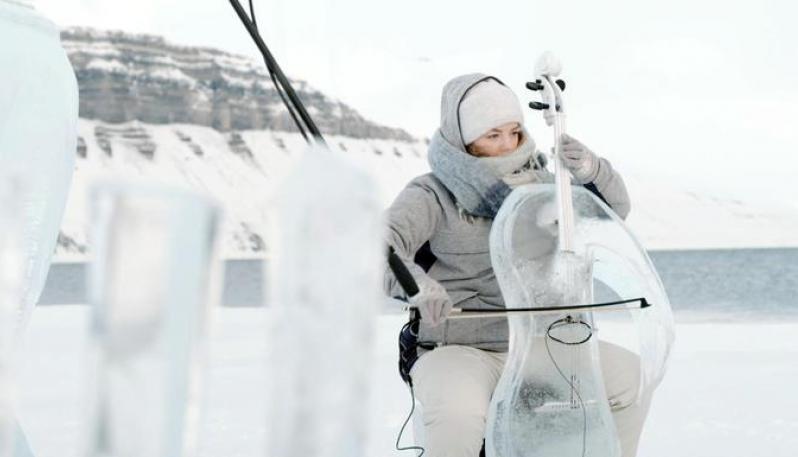 Greenpeace nell'Artico sensibilizza con un concerto di strumenti di ghiaccio