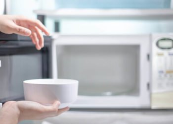 Come pulire il microonde i rimedi naturali più efficaci