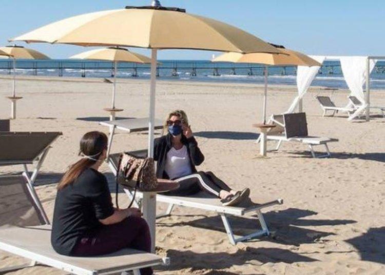 Coronavirus, le regole in spiaggia tra mascherine e distanze in acqua