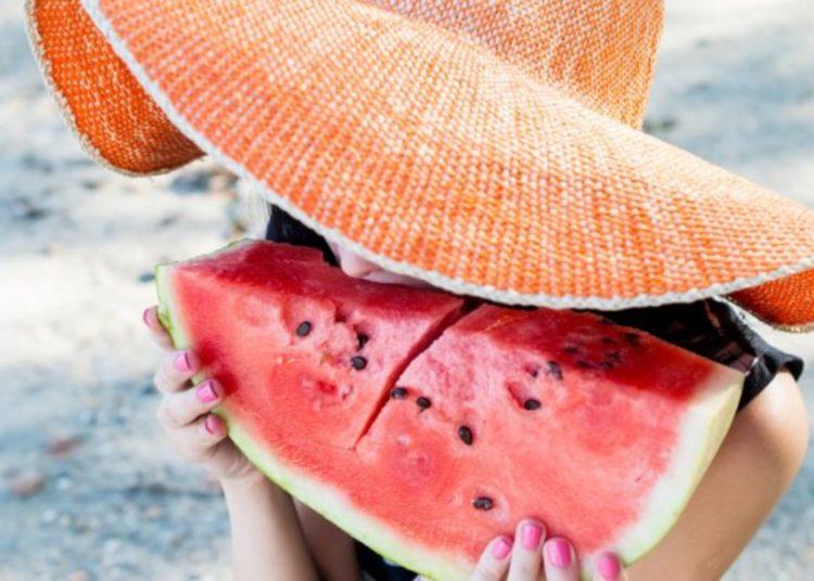 Ecco perché non dovremmo mai mangiare l'anguria in spiaggia