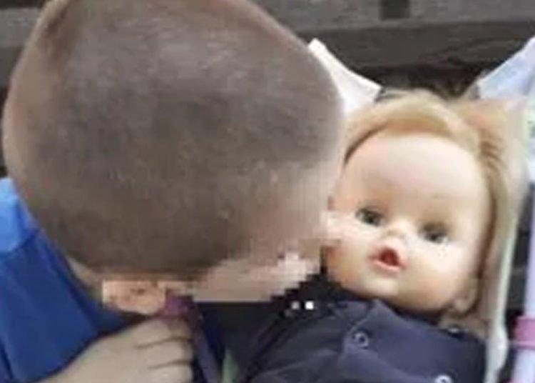 Il bambino gioca con il bambolotto e viene rimproverato la sua risposta diventa virale