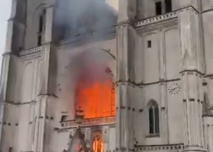 cattedrale di nantes incendio foto free