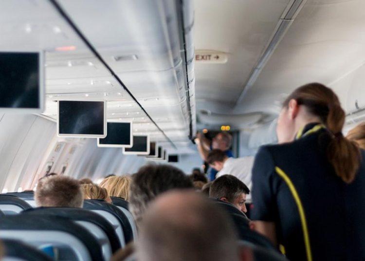 L'annuncio dell'assistente di volo diventa virale Tutte le borse sotto il sedile, anche se sono di Gucci (video)