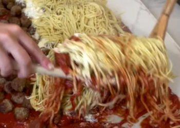 Il video della ragazza inglese che prepara gli spaghetti fa indignare il web